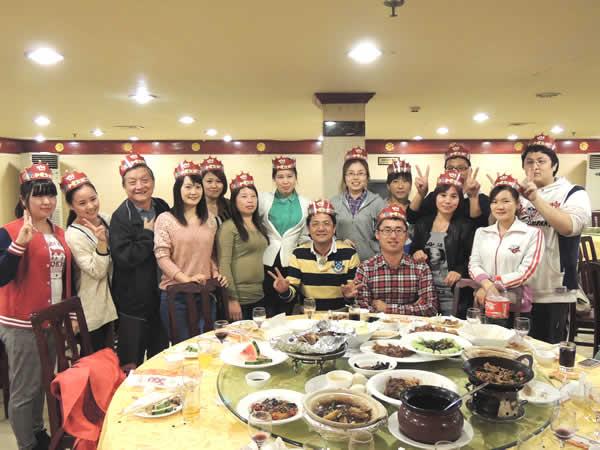 生日聚餐安排在郭林家常菜小宴会厅,共设5桌,其中寿星们统一坐